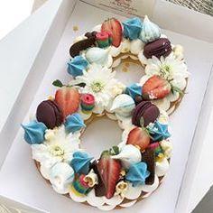 מוכנה לחזור עכשיו לגיל הזה אבל רק עם עוגה כזאת  | Birthday Boy  #gargeran #chocolate #meringue #strawberry #flower #sugar #candy #biscuit #vanilla #macarons