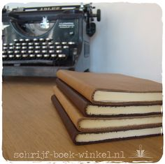 A6 notitieboekjes met eenvoudige bruin lederen kaft. A6 notebooks with brown leather cover.