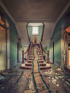 Laying the carpet out for you! #spooky #haunted #staircase #old #carpets #landing #abandoned http://deadlive.co.uk/