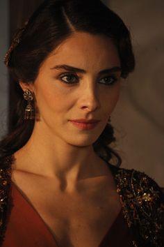 """Actress Nur Fettahoğlu as Mahidevran Sultan in the novella """"Suleiman, El Gran Sultan"""""""