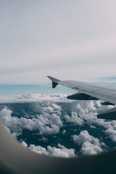 Plane window, travel aesthetic, come fly with me, travel goals, wanderlust trav Sky Aesthetic, Travel Aesthetic, Photo Wall Collage, Picture Wall, Wallpaper Travel, Airplane Wallpaper, Iphone Wallpaper, Aesthetic Pictures, Belle Photo