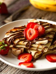 Bananas and chocolate crepes. The rice drink is one of the best alternatives to cow's milk in the preparation of the crepes. Banana Crepes, Nutella Crepes, Chocolate Crepes, Nutella Chocolate, Banana Breakfast, Dessert Recipes, Desserts, Dessert Food, Aesthetic Food