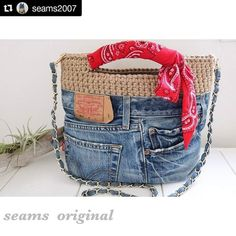 Best 11 blosos y carteras Denim Handbags, Denim Tote Bags, Denim Purse, Jean Purses, Diy Bags Purses, Denim Crafts, Old Jeans, Patchwork Bags, Crochet Purses