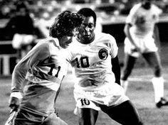 40 anni fa l'addio al calcio di Pelé: la storia di O Rei, tre volte campione del mondo. http://www.corriere.it/sport/cards/40-anni-fa-l-addio-calcio-pele-storia-o-rei-tre-volte-campione-mondo/perla-nera_principale.shtml