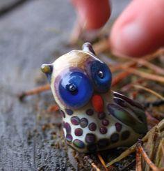 Sovička s jiskrou v oku - vinutá perle Vinutá perle stylizovaná do sovy. Velikost cca 2,8x2cm.