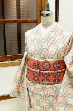 生成り色に赤と青の輪つなぎパターンが織り出されたサマーウールの単着物です。