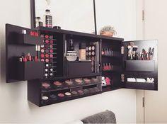Organizador de maquillaje en la pared