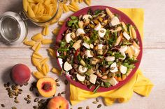 PALETA SMAKÓW. Sałatka z makaronem, brzoskwinią, żurawiną, camembertem, pestkami dyni i suszonymi pomidorami.