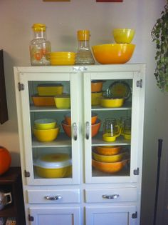 I want this cabinet and the vintage Pyrex Vintage Bowls, Vintage Kitchenware, Vintage Dishes, Vintage Glassware, Vintage Pyrex, Vintage Hutch, Kitchen Items, Kitchen Decor, Kitchen Things