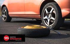 Zobacz jak postępować w przypadku przebicia opony. Krok po kroku podpowiadamy, jak wymienić koło w samochodzie.  http://www.250kmh.pl/index.php/guma-w-trasie-nic-strasznego/ #opony #poradnik #wymiana