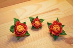樹脂粘土で作ったスマホ用のイヤホンジャックです。冬の花、椿です。3つ作った中で中間の大きさの椿2号です。大切なスマホに華やかな花を咲かせます!手作りですので細...|ハンドメイド、手作り、手仕事品の通販・販売・購入ならCreema。