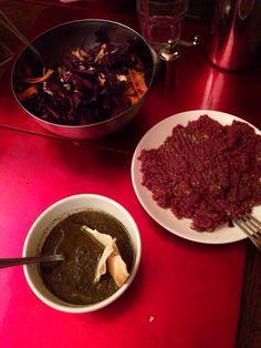 Zuppa di cavolo nero, tartare di cavallo e insalata di cavolo rosso
