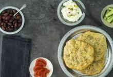 Libanonilainen leipä ja labneh juusto | Koti ja keittiö Hummus, Side Dishes, French Toast, Vegetarian, Koti, Breakfast, Ethnic Recipes, Morning Coffee, Side Dish