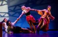 En escena aparecen cuatro artistas circenses realizando un acordeón humano…
