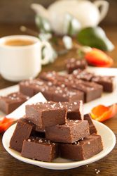 Caramels au chocolat et beurre salé des bonbons fondants qui colle aux dents pour retomber en enfance Chocolate Bonbon, Chocolate Heaven, Cake Pops, Fudge, Caramel Mou, Mets, Candy, Desserts, Fours