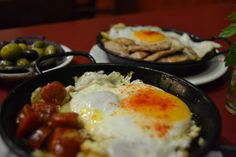 Las estrellas del celler, sartenes de huevos con patatas/huevos con habas
