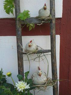 Meine Hühner sind glasiert, frostsicher gebrannt und auf der alten Leiter montiert.