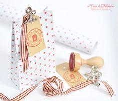 Aus Geschenkpapier lassen sich ganz schnell und einfach Geschenktüten für Adventskalender oder für kleinere Geschenke basteln. Keine neue Idee ;) aber die