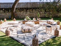 Zona chill out con alfombras beni ouarains www.somethingspecialforrent.es Alquiler de mobiliario y alfombras para bodas y eventos Foto: Nerea Moreno Espacio: Caserio Olagorta