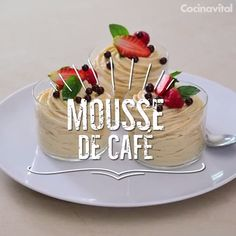 A mousse is always a light dessert with a texture that melts in your mouth. Try this coffee mousse and fall in love with its flavor. Light Desserts, Sweet Desserts, Sweet Recipes, Cookie Recipes, Dessert Recipes, Deli Food, Tasty, Yummy Food, Cooking Steak