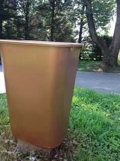 She bought SIX trash cans in two different sizes and put them in her front yard to make THIS! Large Outdoor Planters, Outdoor Plants, Outdoor Gardens, Diy Storage Projects, Container Gardening, Gardening Hacks, Urban Gardening, Container Plants, Flower Landscape