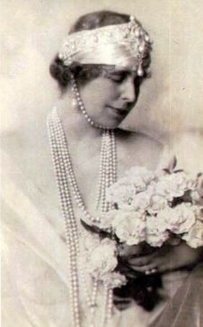 Mare also augmented the Cartier pearl tiara by wearing a scarf under the bandeau and attaching a large pearl and diamond brooch just below it, as well as ropes of pearls round her neck, and another one under her chin. Royal Tiaras, Royal Jewels, Crown Jewels, Royal Crowns, Vintage Couples, Chic Vintage Brides, Vintage Weddings, Mary I, Queen Mary