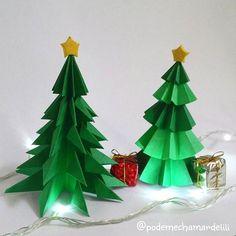 Meu cantinho de Natal. Essas árvores eu fiz de papel (cartolina dupla face) pra deixar a minha casa com um pouco do encanto nessa data tão especial.  #Natal #feliznatal  #festas #arvoredenatal #decoraçãonatalina