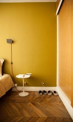 To create a cool and modern style, paint your walls in a curry tone and add up to date furniture. To create a cool and modern style, paint your walls in a curry tone and add up to date furniture. Mustard Bedroom, Mustard Walls, Bedroom Yellow, Yellow Interior, Room Interior, Interior Design Living Room, Interior Livingroom, Trending Paint Colors, Paint Colors For Home