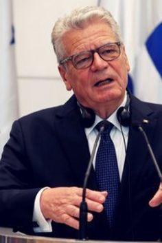 """Gaucks klare Ansage an Wutbürger: """"Ihr könnt hassen, so viel ihr wollt""""  Also Herr Gauck, zunächst mal dies hier: Erstens gab es nur lautstarke Unmutsbekundungen und keinerlei Gewalt von imaginären und oftmals herbeifantasierten sog. """"Rechten"""" (wie fast immer bei Bekundungen den gehätschelten """"Linken""""). Im Übrigen sind """"links"""" und """"rechts"""" in allen Ländern völlig gleichberechtigte, normale und akzeptierte politische Lager, nur in unserer bunten Republik nicht mehr, zumindest was letzteres…"""