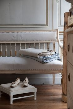 French Romance Through A Poetic Setting Of Antiques And Shabby Chic Furniture 25