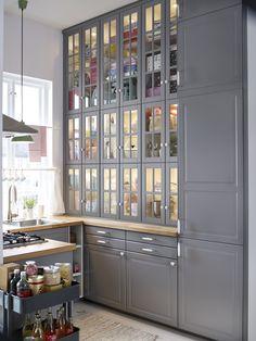 <p>Jeśli lubisz <strong>kuchnie tradycyjne</strong>, to nowy system kuchni <strong>IKEA</strong> Metod Bodbyn będzie jak znalazł. Szare, matowe, płycinowe fronty, przeszklone witryny, płytkie szuflady i stylowe uchwyty pozwolą zaprojektować wymarzoną <strong>tradycyjną kuchnię</strong>. Za tradycyjnie wyglądającymi frontami mebli IKEA znajdziemy nowocześnie wyposażone wnętrza, czyli oświetlone szuflady i szafki, systemy koszy i wysuwanych półek, czy samodomykające się szuflady, zupełnie jak…
