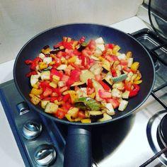 Una ratatouille senza zucchine, carote e aglio? Chissà come sarà... in compenso ci sono alloro, salvia e timo :-)