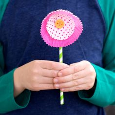 Cupcake Liner Flowers are an easy, beautiful spring craft for kids. The whimsical patterns and vibrant colors of cupcake liners lend themselves perfectly to crafting. Diy Crafts For Kids Easy, Spring Crafts For Kids, Craft Projects For Kids, Toddler Crafts, Preschool Crafts, Kids Crafts, Preschool Curriculum, Craft Ideas, Cupcake Liner Flowers