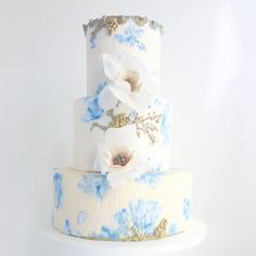 Maggie Austin Cake has done it again! We adore this Something Blue #weddingcake from the master baker!