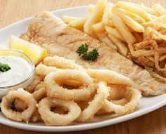 Calamari and Hake: Our favourite fish combination of tender calamari rings Calamari und See Calamari, Crispy Onions, Onion Rings, Seafood Dishes, Healthy Alternatives, Hummus, Baked Potato, Grilling, Chips