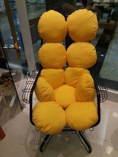 Uma cadeira antiga de ferro ficou muito mais charmosa com as almofadas redondas feitas com enchimento siliconado anti-alergico  Sem contar o conforto para quem quer desfrutar de umas horinhas de descanso. By Isa Perinotto
