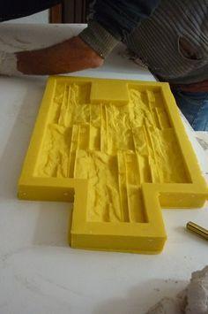 como-hacer-moldes-de-silicona-para-cemento-1 Concrete Tools, Concrete Wall, Off Grid House, Mould Design, Silicone Molds, Ideas Para, Beautiful Homes, Projects To Try, Wall Decor