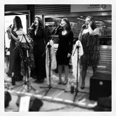 Las Reinas Magas durante su actuación en el Ciclo de #Metrovadores organizado por @enclavedeblog en el metro de Valencia.
