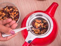 Tetera Curve Teapot Roja // Esta tetera tiene un infusor de acero inoxidable de agujeros extrafinos de 0.3 mm y una tapa. El infusor extra fino permite una infusión perfecta en todo momento, para tés de hojas pequeñas Tapas, Measuring Cups, Tea Pots, Stainless Steel, Tea Pot, Tea Kettles