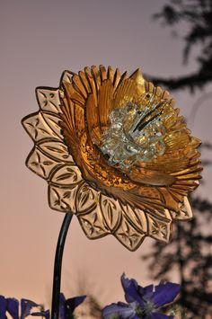 Best Glass Totems Garden Art Ideas For Beautiful Garden Pictures) 1013 .Read More. Glass Garden Flowers, Glass Plate Flowers, Glass Garden Art, Flower Plates, Glass Art, Sea Glass, Yard Art, Yard Ornaments, Snowman Ornaments