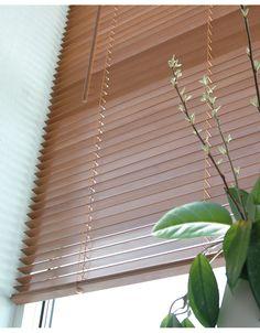 Träpersienn av högsta kvalitet i med breda lameller i laserad lind. Höjd 160 cm, kan kortas genom att ta bort lameller och klippa av stegbanden. Lamellerna är 27 mm breda och passar bra i både något mindre och stora fönster. Linorna är färgade för att matcha med persiennens trälameller. Lina för att lyfta persiennen sitter på höger sida och tiltlina för att vinkla lamellerna sitter på vänster sida. Persiennen har en snygg kornisch med returer som döljer själva mekanismen. Kan monteras både…
