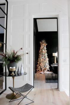 Christmas Interiors, Christmas Bedroom, Christmas Home, Christmas Decor, Christmas Ideas, Coffee Table Bowl, Black Coffee Tables, Luxe Decor, Modern Farmhouse Interiors