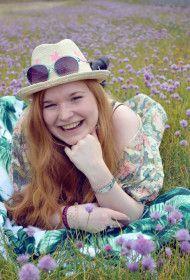 Yeah, Hüte sind der Renner in diesem Sommer! Ob für die romantische Landpartie oder gleich fürs Pferderennen und den großen Auftritt bei der Gartenparty? Dieser originelle Sonnenhut macht Laune auf lange Tage im Freien: Gibts für 12,95 Euro bei Bijou Brigitte. Ebenso wie die blau eingefasste Sonnenbrille für 9,95 Euro https://mag-mag.de/here-comes-the-sun-mit-bikinis-und-mehr/