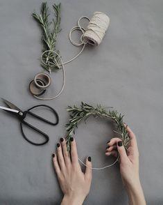 DIY Holiday and Winter wreath ideas - Debbiedoos Diy Flower Crown, Diy Flowers, Hanging Flowers, Marker, Keep Bugs Away, Furoshiki, Diy Home, Home Decor, Decor Crafts