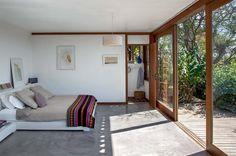 As esquadrias de madeira substituem paredes e correm em trilhos independentes…