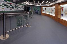Soluţiile sportive Tarkett au fost recunoscute de organizaţii sportive de top datorită tehnologiei avansate şi performanţei imposibil de întrecut.  Safatred Universal este o pardoseala sigură rezistentă la uzură şi durabilă pentru utilizarea în zone intens circulate, unde siguranţa este o prioritate, incluzând rampe şi zone cu scaune cu rotile. O selecţie de 16 noi nuanţe se vor potrivi cu orice culoare de interior. http://www.profloor.ro/linoleum/