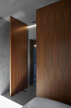 Concrete walls + pivot doors in wood. by Minus Big Doors, Pivot Doors, Windows And Doors, Walnut Doors, Wood Doors, Home Interior Design, Interior Architecture, Interior Doors, Interior Ideas