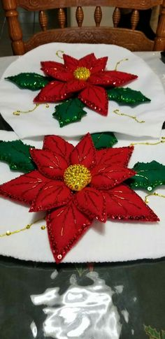 Flor de navidad gigante. Christmas Sewing, Christmas Crafts, Felt Crafts, Diy And Crafts, Paper Christmas Decorations, Christmas Makes, Xmas Ornaments, Holiday Crafts, Christmas Patchwork