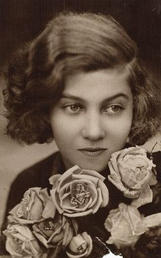 A 14 éves Gyarmati Fanni. (1926). Old Pictures, Old Photos, Writers And Poets, Black And White Pictures, People Photography, Real Women, Literature, Museum, Statue