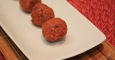 500 g de batata de boa qualidade  - 250 a 400 g de bacalhau  - Salsa picada  - Cebola  - Sal a gosto  - 2 gemas  -